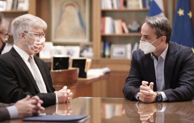 Ο Μητσοτάκης συναντήθηκε με τον καθηγητή Αρμπέρ που έφερε το φάρμακο από το Ισραήλ