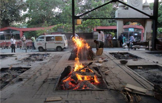 Ινδία: Καίνε τους νεκρούς από κορωνοϊό σε κρεματόρια στο Δελχί