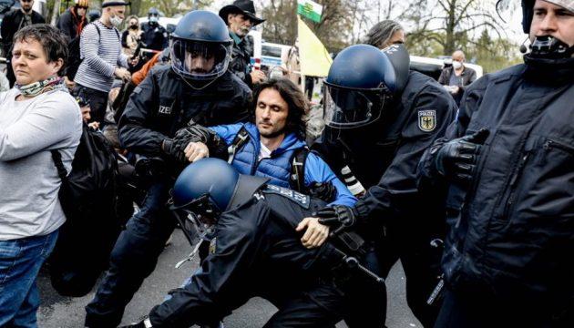 Γερμανία: Ψηφίστηκε η αυτόματη επιβολή μέτρων περιορισμού – Συλλήψεις έξω από τη Βουλή