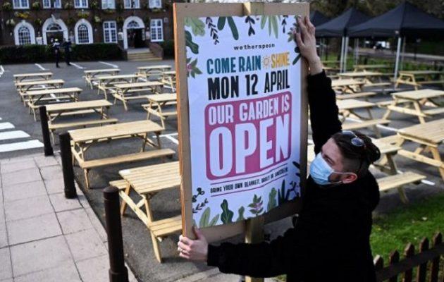 Βρετανία: Ανοίγουν τη Δευτέρα 12/4 λιανεμπόριο και εστίαση