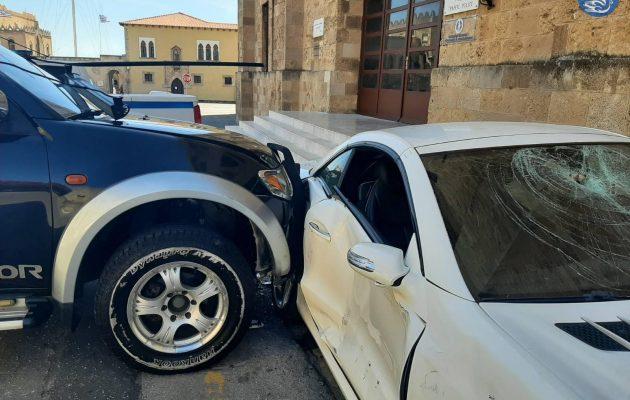 Ρόδος: Υπαστυνόμος εμβόλισε το αυτοκίνητο Αστυνομικού Διευθυντή και μετά το χτυπούσε με βαριοπούλα