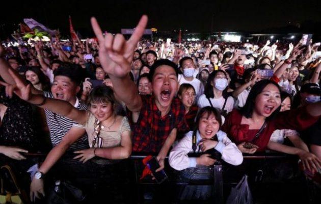 Στη Βουχάν, που μόλυνε όλον τον πλανήτη με κορωνοϊό, κάνουν συναυλίες χωρίς μάσκες