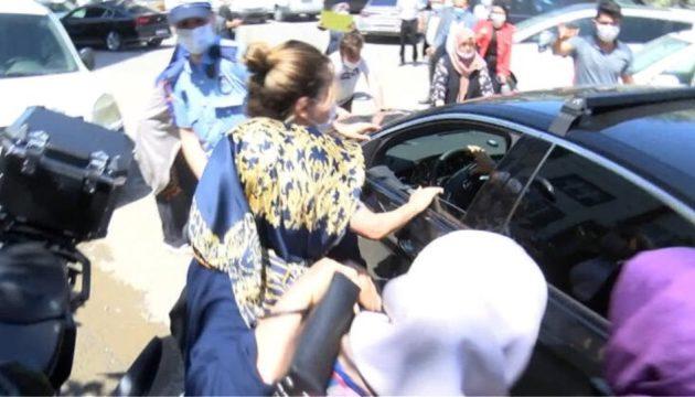 Επίθεση δέχθηκε η αυτοκινητοπομπή του Εκρέμ Ιμάμογλου (βίντεο)