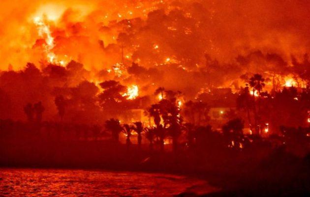 Έως τις Κυκλάδες και την Ικαρία ο καπνός και η στάχτη από τη φωτιά στην Κορινθία