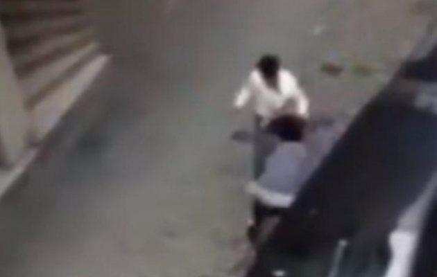 Σοκ στην Κωνσταντινούπολη: Σύζυγος ξυλοκόπησε την έγκυο γυναίκα του στη μέση του δρόμου (βίντεο)