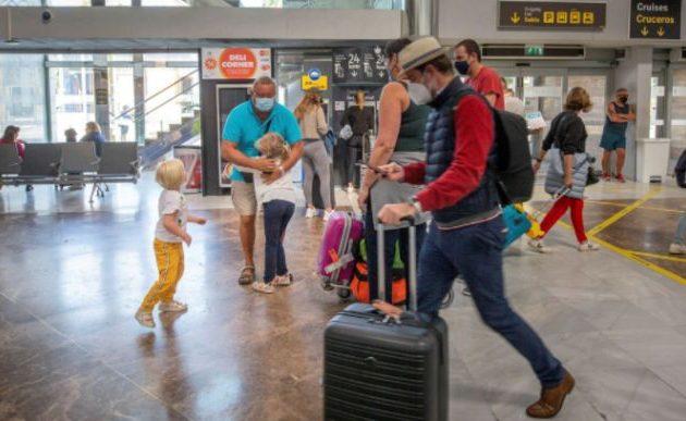 Η Βρετανία επεξεργάζεται σχέδιο ανοίγματος των ταξιδιών για τους πλήρως εμβολιασμένους