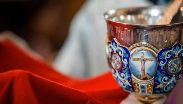 Τι είπε ο ιερέας που χρησιμοποίησε κουτάλια μιας χρήσης στη Θεία Κοινωνία