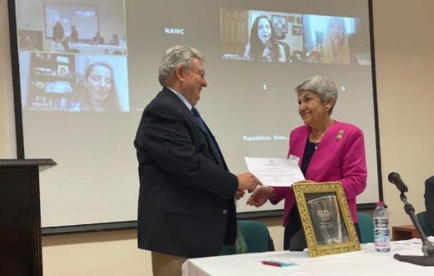 Ο Γιάνης Χρυσουλάκης βράβευσε τη Στέλλα Κοκόλη – Τη σπουδαία δασκάλα της ομογένειας