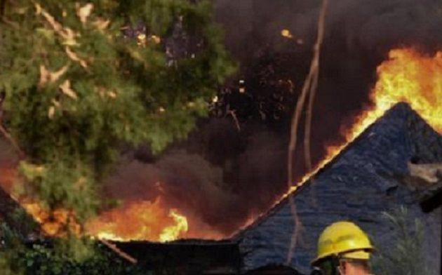 Πύρινη κόλαση στην Αχαΐα: «Τουλάχιστον 10 σπίτια έχουν καεί» λένε δήμαρχοι της περιοχής