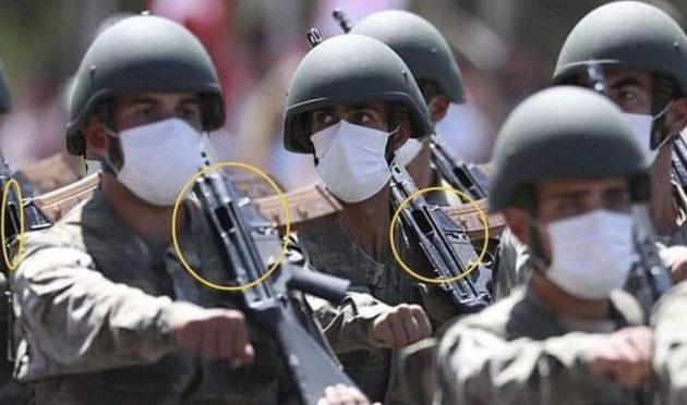 Χωρίς κλείστρα παρέλασαν οι Τούρκοι στρατιώτες μπροστά στον Ερντογάν – Φοβάται τον στρατό του