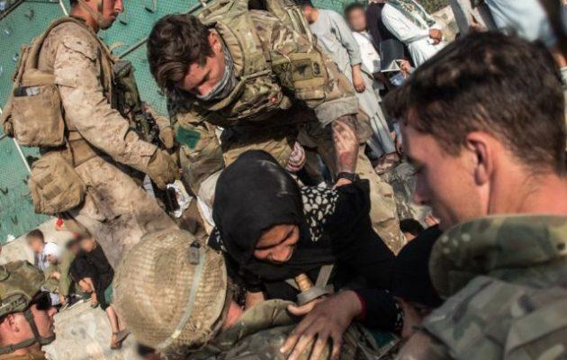 Δύο Βρετανοί και το παιδί ενός Βρετανού σκοτώθηκαν στη βομβιστική επίθεση στο αεροδρόμιο της Καμπούλ