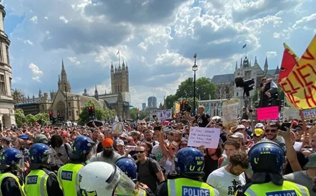 Χιλιάδες διαδηλωτές στο Λονδίνο κατά των υποχρεωτικών εμβολιασμών και των περιοριστικών μέτρων
