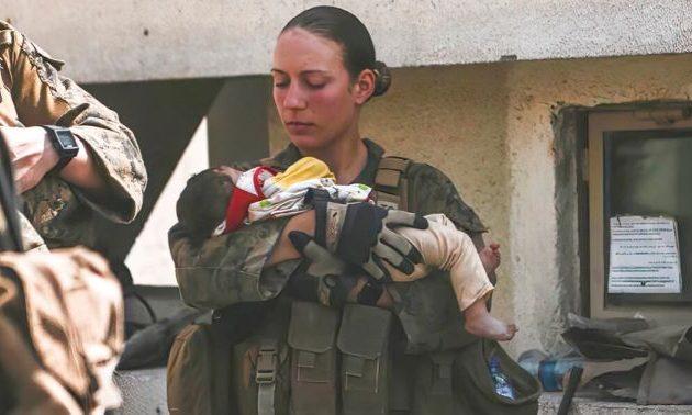 Αεροδρόμιο Καμπούλ: Συγκινεί η φωτογραφία 23χρονης πεζοναύτη αγκαλιά με ένα μωρό λίγο πριν σκοτωθεί