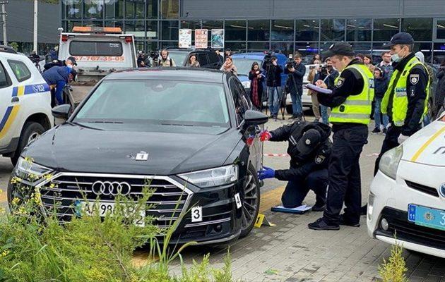 Oυκρανία: «Γάζωσαν» με αυτόματα το αυτοκίνητο συμβούλου του Ζελένσκι
