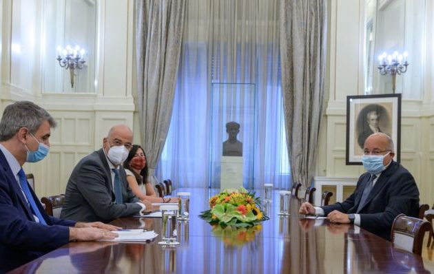 Ο Δένδιας συναντήθηκε με τον πρεσβευτή της Αιγύπτου – Στενά η Ελλάδα με τους Άραβες στον ΟΗΕ