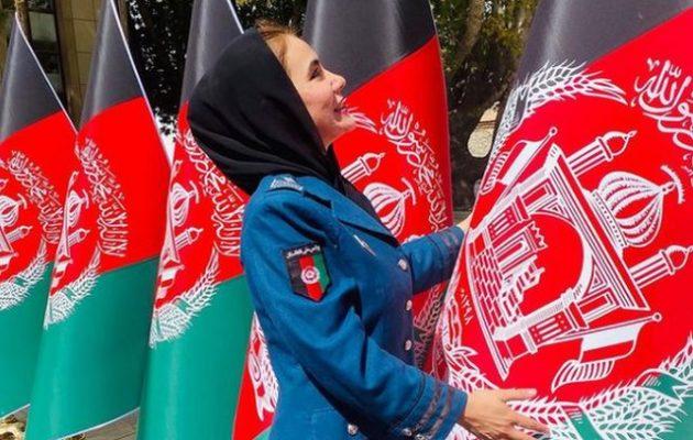 Η Αστυνομικίνα σύμβολο του Αφγανιστάν τρέχει να γλιτώσει από τους Ταλιμπάν – Την ξυλοκόπησαν
