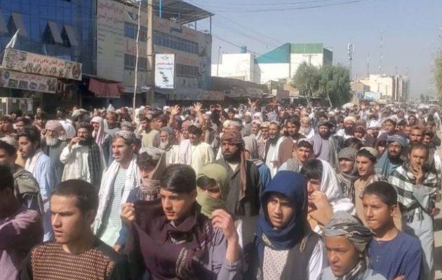 Χιλιάδες διαδηλωτές οικογένειες στρατιωτικών στην Κανταχάρ κατά των Ταλιμπάν