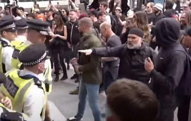 Αντιεμβολιαστές χτυπήθηκαν με αστυνομικούς στο Λονδίνο και τραυμάτισαν τέσσερις (βίντεο)