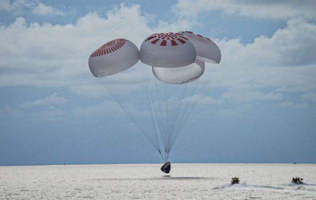 Επέστρεψε το σκάφος της SpaceX με τους «διαστημικούς τουρίστες»