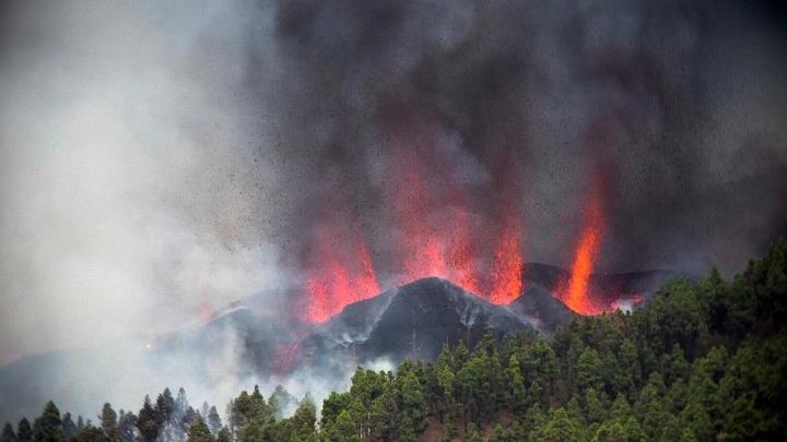 Έκρηξη ηφαιστείου Κούμπρε Βιέχα: Εκκενώνονται δέκα κοινότητες στη Λα Πάλμα